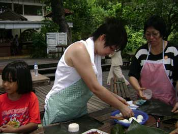preparing nasi lemak kukus